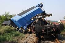 Ve Vnorovech vykolejil vlak, poté i železniční jeřáb, který pomáhal odstraňovat následky vlakového neštěstí.