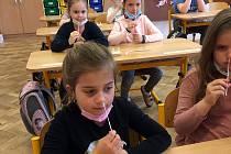 Pedagogům děti ve školních lavicích chybí.
