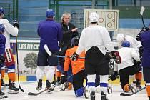 Hodonínští hokejisté v pondělí poprvé vyjeli na led.