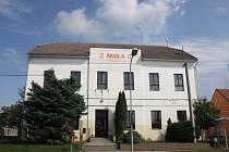 Budova základní školy v Milokošti.