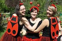 Ženy z divadelního souboru Kašpárkův hrobeček dětem představily muzikál Chlupáči. Den Země v kyjovském městském parku.