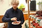 Návštěvníci čtrnáctého ročníku Koštu klobásků v Žarošicích vybírali z více než padesáti vzorků této tradiční uzeniny. Vítězem domácí kategorie se stal majitel hostitelské hospody Radek Vašina.