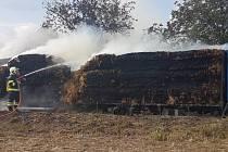 Sedm jednotek hasičů vyjíždělo v sobotu po čtvrté hodině odpolední k požáru balíků slámy, které vezl na návěsu náklaďák. Auto vzplálo na silnici mezi Žarošicemi a Archlebovem.
