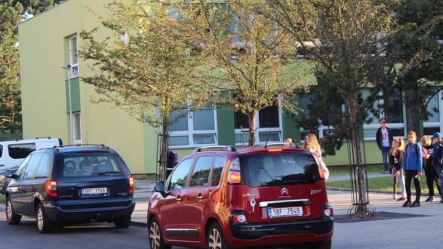 Opravená Vančurova ulice v ranní špičce.
