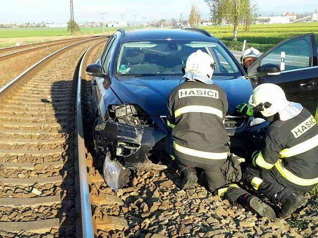 Řidička uVlkoše nezvládla řízení a vjela až do kolejiště.