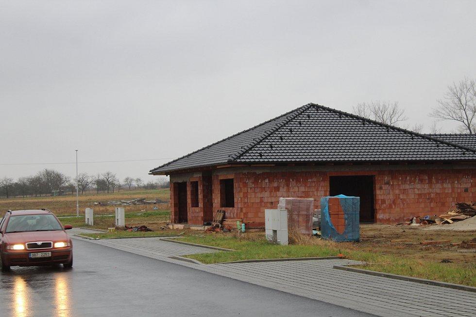 Nová výstavba rodinných domů ve Veselí nad Moravou v lokalitě Hutník. Stav před Vánoci 2020.