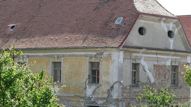 Barokní budova bývalého augustiniánského kláštěra v Šardicích