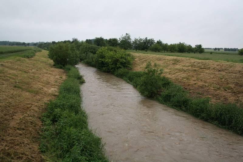 Několikadenní déšť na Hodonínsku podmáčel pole. Na silnicích jsou místy ještě stále laguny a slabé potůčky vody. Hladina řeky Veličky je zvýšená. Na fotce je řeka za Strážnicí.