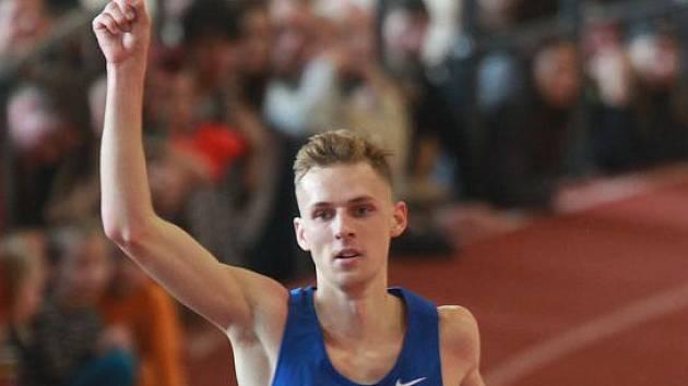 Hodonínský běžec Filip Sasínek potvrdil na halovém mistrovství České republiky roli favorita. Jednadvacetiletý reprezentant si v pražské Stromovce podmanil závod mužů na tři kilometry.