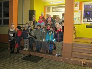Žáky Základní školy ve Tvarožné Lhotě přišlo při zpívání koled podpořit více než sto místních. Foto: Helena Handlová