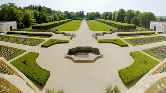 Zahrada u milotického barokního zámku.