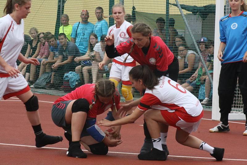 Národní házenkářky Vracova (v bílých dresech)  bez porážky ovládly domácí šampionát a staly se dorosteneckými mistryněmi republiky.