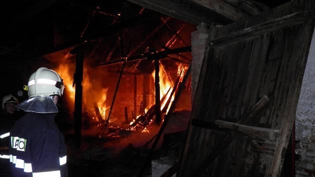 V Čejkovicích hořela v noci stodola. Škoda je padesát tisíc. Hasiči příčinu ještě šetří.