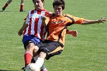 Béčko Vacenovic nastoupil k soutěžnímu utkání po více než dvaceti letech. Ani gól obránce Martina Špačka(vlevo) nepomohl rezervě Mogulu k výhře nad Želeticemi.