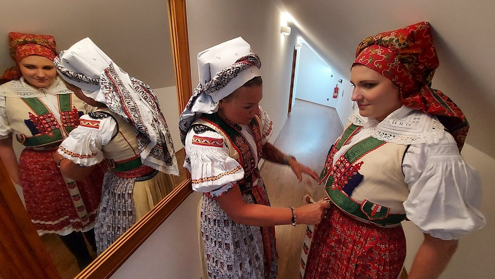 Svatba zpěvačky Terezy Nálevkové s hercem a hudebníkem Vojtěchem Havelkou v Kuželově u historického větrného mlýna.