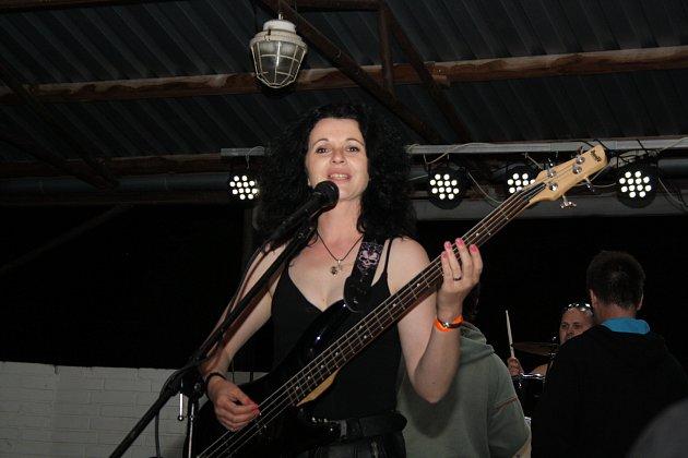 Kapela Bigbity Rock na Skorofestu ve Skoronicích.
