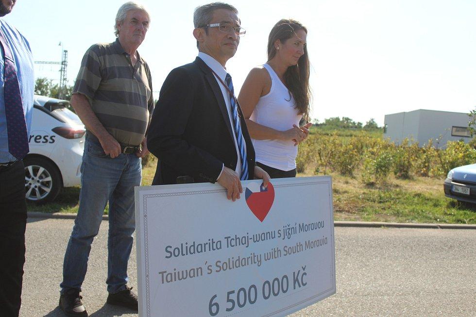 Vedoucí Tchajpejské hospodářské a kulturní kanceláře Lian Ruey Ke předal v Lužicích zástupcům Jihomoravského kraje šek symbolizující finanční dar ve výši 6,5 milionu korun.