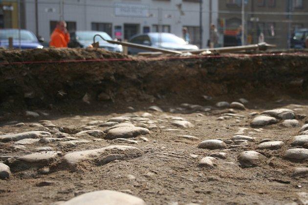 Archeologové odkryli dlažbu