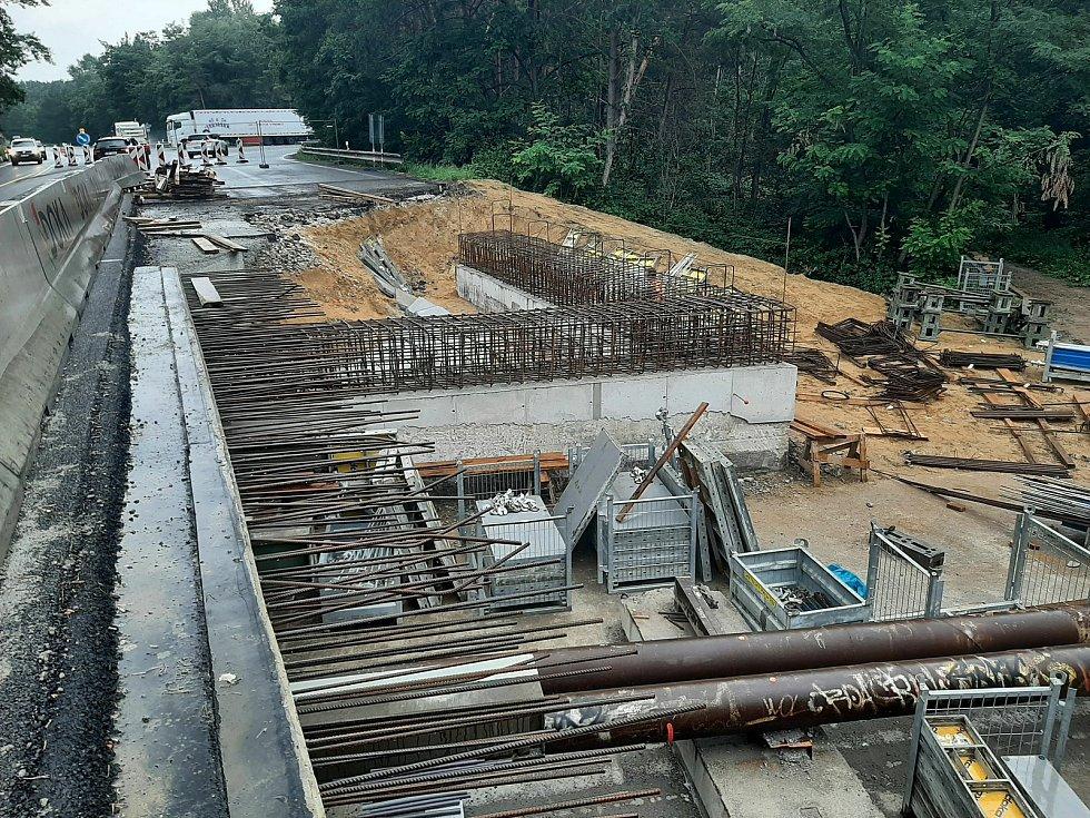 Silničáři pokračují s rekonstrukcí mostu na I/55 u Hodonína.