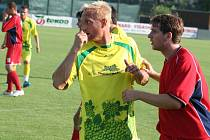 Mutěnickou zálohu posílil dvaatřicetiletý Pavel Němčický (ve žlutém), bývalý kapitán 1. FC Slovácko. Ze zápasu FK Mutěnice vs ŠKP Bratislava.