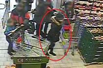 Na svou neopatrnost doplatila v uplynulých dnech starší žena v kyjovském obchodním domě Kaufland. Kabelku nechala bez dozoru v nákupním košíku, čehož využila neznámá zlodějka (v kroužku).