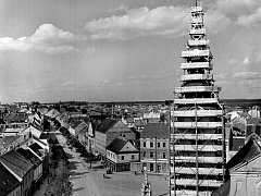 Věž skrytá pod lešením při poválečné opravě kostela