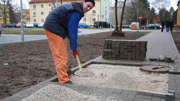 Kontrola stavu podloží chodníku v Sukově ulici.