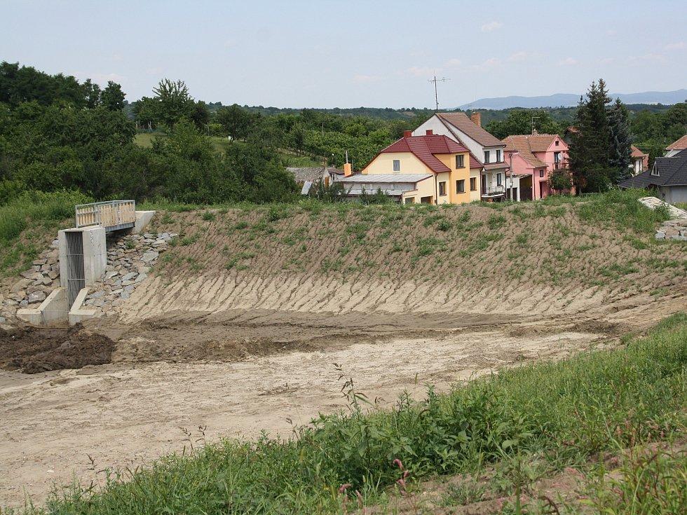 Nový suchý poldr v mutěnické Jižní ulici.