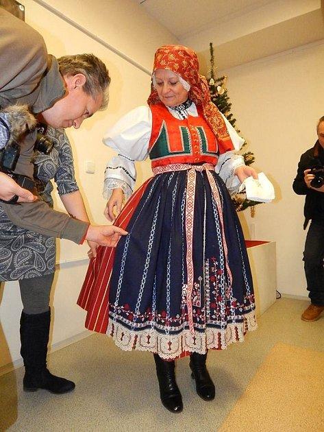 Folklorní soubor Tetky zKyjova se ve spolupráci skyjovským muzeem snaží znovu ušít kyjovský ženský kroj zdruhé poloviny devatenáctého století.