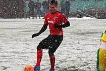 Záložník Hodonína Ondřej Paděra (na snímku) rozhodl přípravné utkání ve Vyškově, kde vedoucí tým divize D zvítězil 1:0. Středeční utkání se hrálo za vydatného sněžení.