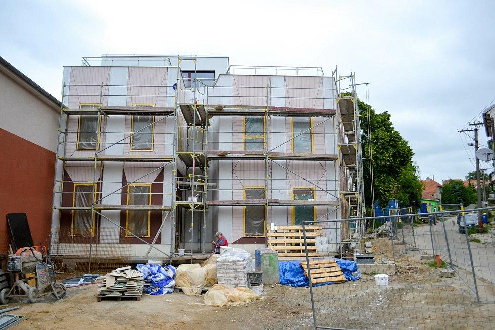 Stavba domu, kde vznikne pět pečovatelských bytů pro důchodce.