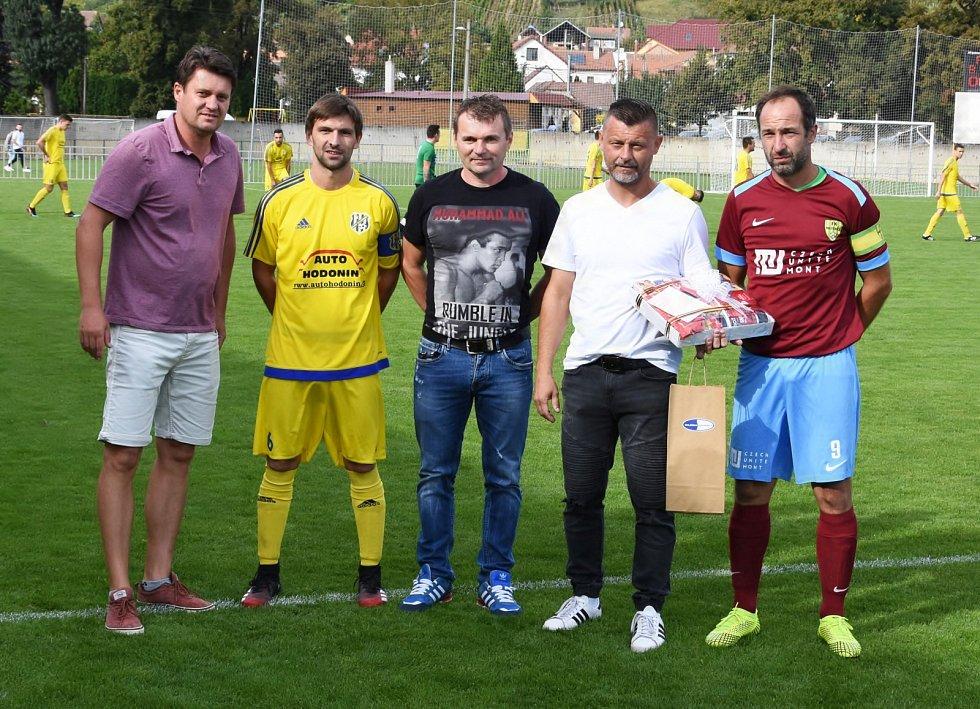 Okresní derby v krajském přeboru zvládly lépe Ratíškovice (ve žlutých dresech)