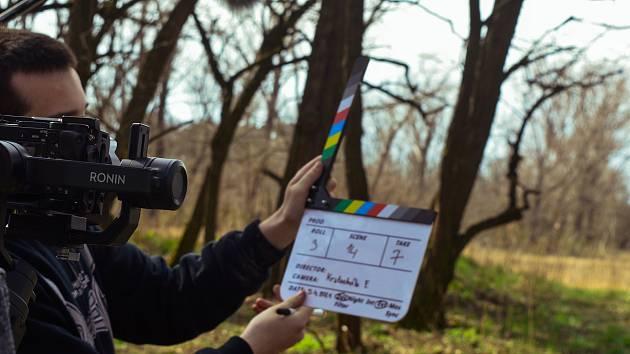 Nový snímek mladých filmařů z Dubňan O dva kroky zpět.