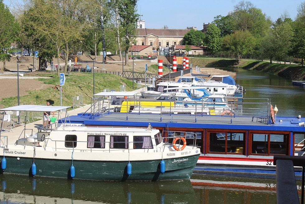 Nový přístav ve Veselí nad Moravou před otevřením.