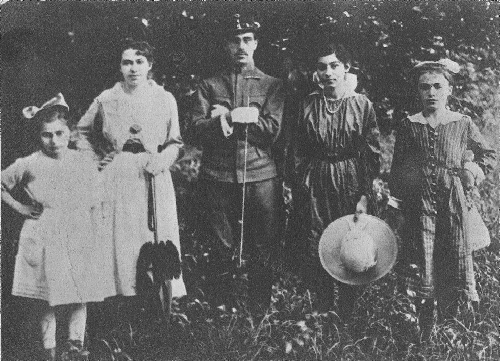 Lékař Arnošt Reiss se svými mladšími sestrami Olgou (vlevo) a nejmladší Idou (vpravo).