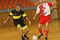 Mezinárodní turnaj v halovém fotbale veteránů nad padesát let, které se v sobotu uskutečnilo ve sportovní hale TEZA, si při své premiéře podmanili bývalí hráči Holíče, kteří se před Žilinu dostali díky lepšímu skóre.