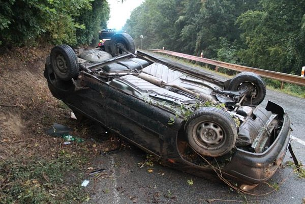 Auto obrácené na střechu zablokovalo jízdní pruh kousek za Strážovicemi. Osmnáctiletý řidič vpondělí vpodvečer nezvládl řízení a havaroval.