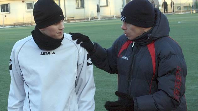 Asistent hodonínského kouče Vladimír Malár (vpravo) udílí o poločasové přestávce pokyny útočníkovi Jakubu Bábíčkovi.