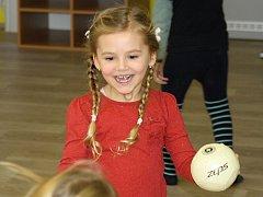 I děti v Ratíškovicích se jednou týdně pod vedením kvalifikovaných trenérů FK Hodonín formou průpravných her a různých cvičení učí pohybu a základům sportu.