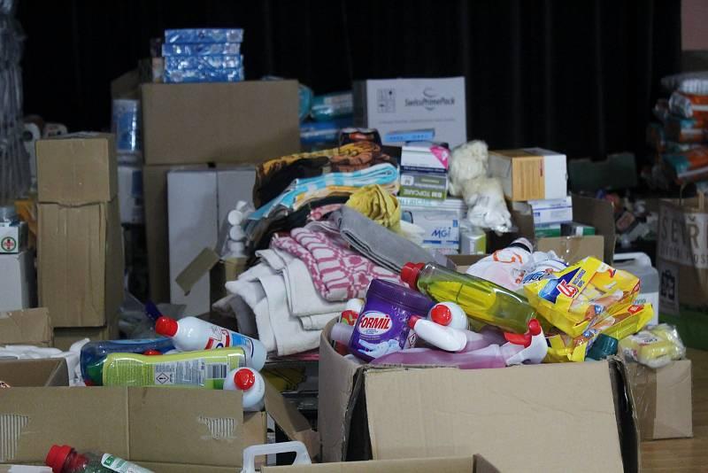 V lužické sokolovně jsou hromady zásob potřebných věcí.