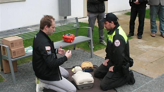 Tři nové defibrilátory rozmístěné po Veselí teď mohou zachránit život tamním obyvatelům. Jsou rozmístěné po městě a dokáže je použít i laik.