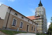Pokračují opravy fasád kostela Cyrila a Metoděje v Ratíškovicích.