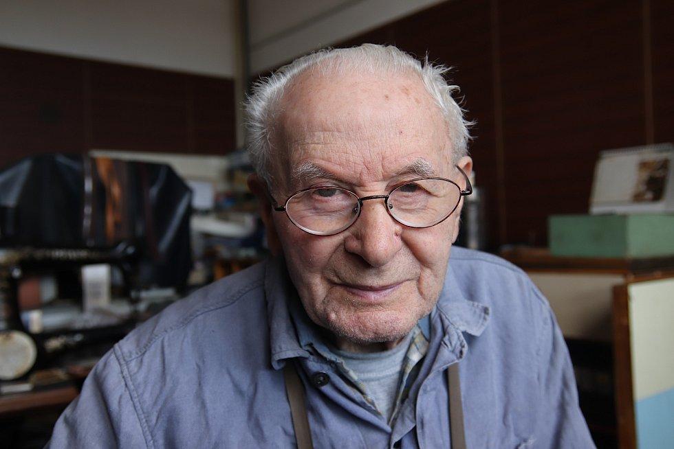 Osmaosmdesátiletý švec Josef Loprais z Veselí nad Moravou.