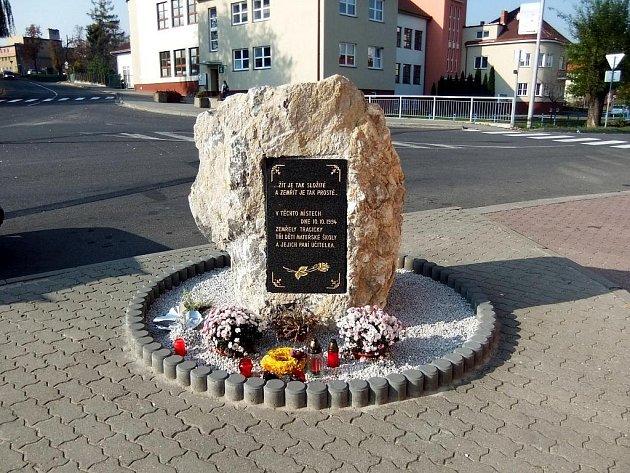 Kámen s deskou stojí v zatáčce, kde se neštěstí stalo.