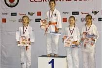 Mladá hodonínská judistka Tereza Lagová (uprostřed) získala na mistrovství republiky žactva v Ostravě zlatou medaili.