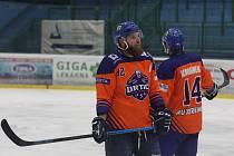 Hodonínští hokejisté (oranžové dresy) podlehli béčku Komety Brno i v domácí odvetě.