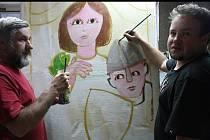Hodonínští umělci Jiří Hiršl s Petrem Přikrylem chystají ve sklepě kulturního domu zajímavé atrakce pro malé návštěvníky sobotních slavností Vodního království. Jejich pracovním materiálem jsou papírové krabice od sedadel.