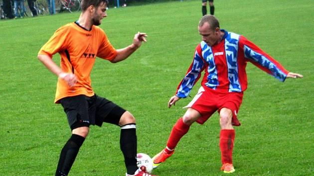 Domácí záložník Bohumil Vardan (vlevo) se snaží přejít přes žádnického středopolaře Michala Nose. Kovo nakonec vyhrálo ve 2. kole okresního poháru 6:2 a postoupilo do jarního čtvrtfinále.