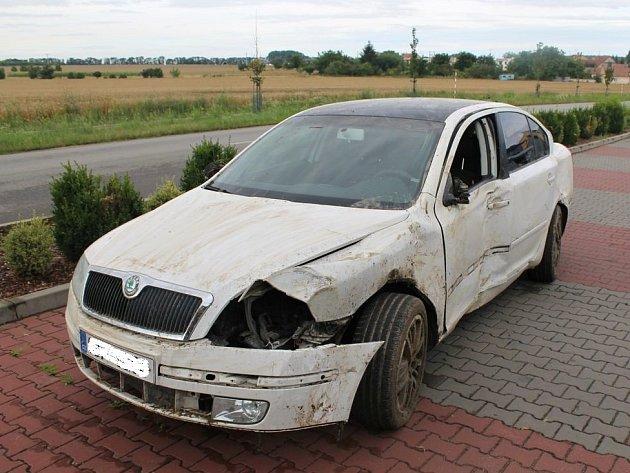 Několik poškozených vinic zůstalo po havárii Škody Octavia mezi Starým Poddvorovem a Dolními Bojanovicemi na Hodonínsku.