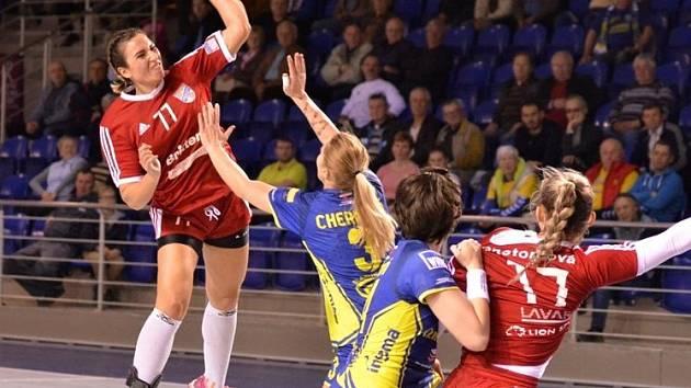 Házenkářky Veselí nad Moravou (v červených dresech) prohrály v předehrávce 23. kola ženské interligy s favorizovanými Michalovcemi 25:33.